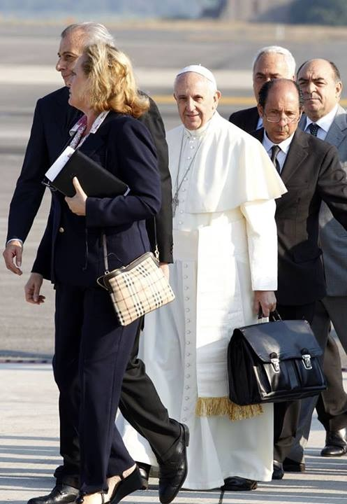 2013_07 22 Pope Francis carrying own luggage to World Youth Conf