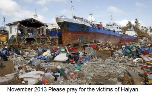 2013_11 Haiyan - ship in flattened homes