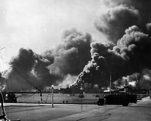 1275px-USS_Shaw-_Pearl_Harbor_attack_80G32575