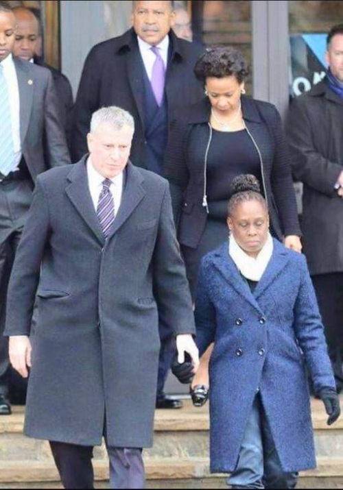 2015_01 05 NYC mayor's wife wears jeans to cop funeral