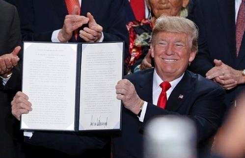 2016_12 Trump signs