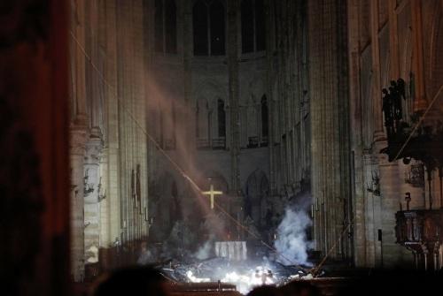 2019_04 16 Notre Dame altar cross